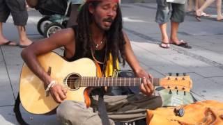 Песни БОБА МАРЛИ на улицах Берлина Bob Marley No Woman No Cry кавер уличного растамана