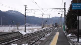 信濃木崎駅にて 快速電車通過