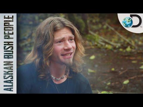 Bear Muestra Interés Por Una Chica   Alaska: Hombres Primitivos   Discovery Latinoamérica
