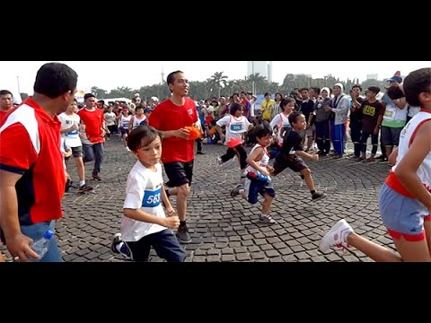 """Aksi Seru Jokowi Pakai Sepatu Blusukan, di Lomba Lari Anak-Anak """"Jakarta Maratoonz"""""""