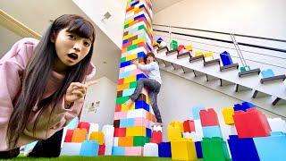 【実験】家に超巨大レゴタワー作って高所恐怖症の相方を命がけで登らせてみた。