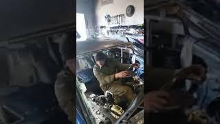 Zabawa polskich mechaników z poduszką powietrzną.