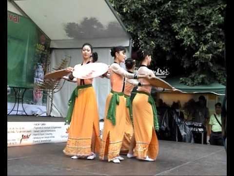 Nhà hát ca múa nhạc Việt Nam với các tiết mục múa dân tộc Việt Nam
