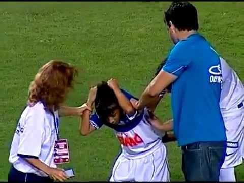 Torcedor do Cruzeiro levanta a camisa e mostra a do Santos para ganhar autógrafo de NEYMAR