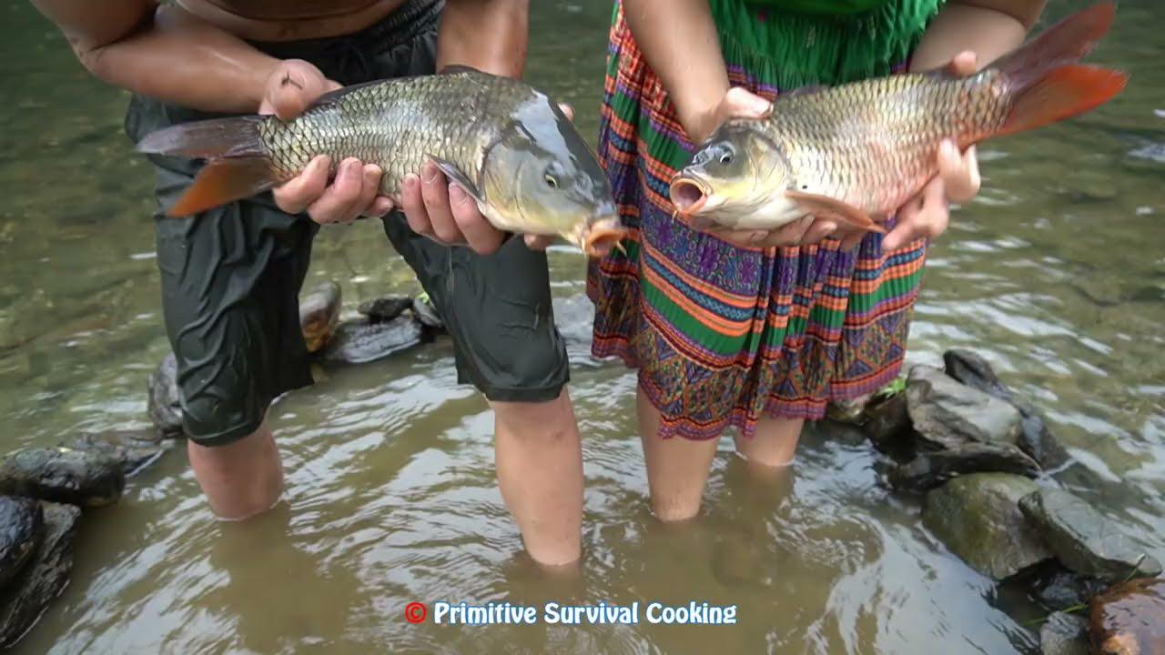 Primitive Life - Primitive Fish Trap Easy Catch Fish At Stream - Smart Couple Find Catch Fish