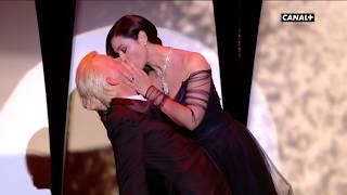 Torride baiser entre Monica Belluci et Alex Lutz ! - Festival de Cannes 2017