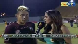 Aquiles Ocanto se prend un coup de pied par derrière en pleine interview