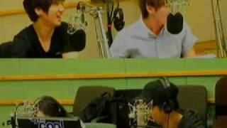 [cut] 110518 Yesung suddenly tickles Eeteuk @ Kiss The Radio
