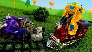 Bumblebee conduce el tren. Transformers juguetes. Vídeo par...