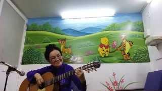 Lâm Ngọc Hằng trình diễn guitar bài Chiều Tím.