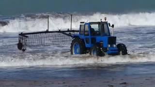 Tractores sacando algas de las playas en Santander