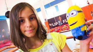 Подружка Вика и Миньон на БАТУТАХ! Идеи для кукол - Мультики для девочек