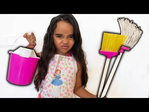 BIA LOBO BRINCA DE LIMPAR A CASA / PRETEND PLAY WITH CLEANING