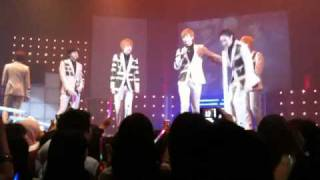 [HD] U-kiss sang end of the road and xander's farewell & group hug