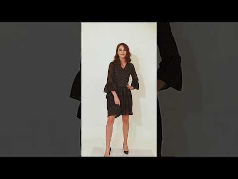 Video: Stylowa sukienka z dekoltem zapinana na guziki