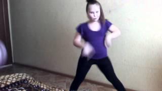 Соня танцует под песню Бьёт Бит
