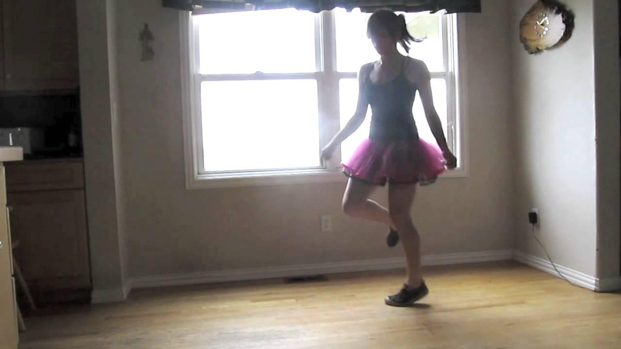 Девочка прикольно танцует под прикольную музыку, для