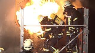 LKW-Anhänger in Brand - DURCHZÜNDUNGEN - PAKETE in FLAMMEN - Löscharbeiten   [E]