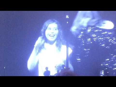 Adele invites kids on stage Amsterdam