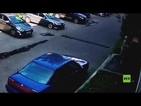 امرأة تنقذ طفلا من موت محتم لحظة سقوطه من النافذة في نوفوكوزنيتسك الروسية  - 17:55-2021 / 7 / 27