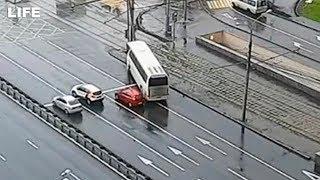 Момент ДТП с туристическим автобусом в Москве