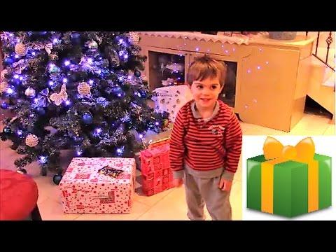 Bambini Che Scartano I Regali Di Natale.Regali Per Bambini Sotto L Albero Di Natale Christmas Gifts Opening
