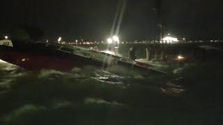 Acqua alta a Venezia, il vaporetto tra le onde: