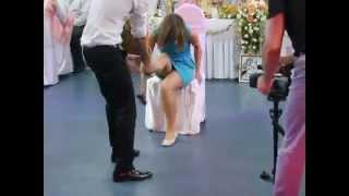 Свидетели 'соблазняют' друг друга на свадьбе