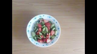 Салат из огурцов и помидор с чесноком.