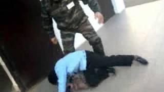 Охраник СОШ № 42 избивает третьеклассника!