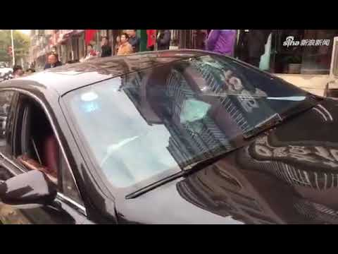 郑州街头宾利逆行撞向路边停放两车 司机疑似酒驾