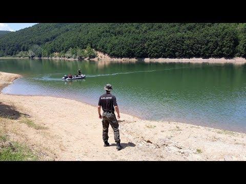 Ronioci pretražuju jezero za mladićem koji se utopio, porodica i prijatelji u šoku gledaju s obale