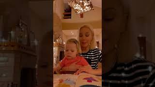 Лера Кудрявцева вместе с 1,5-годовалой дочкой Машей читает сказку о Дракоше Тоше