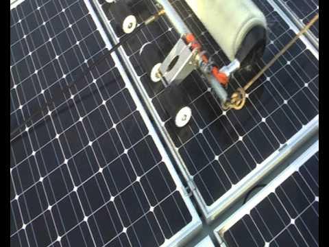nettoyage de panneaux photovoltaique avec une brosse. Black Bedroom Furniture Sets. Home Design Ideas