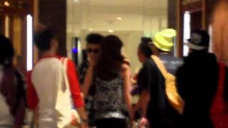 121005 Hi-Tech and Crazy dancer YG back to hotel after Bigbang Alive Tour Thailand concert (fancam)