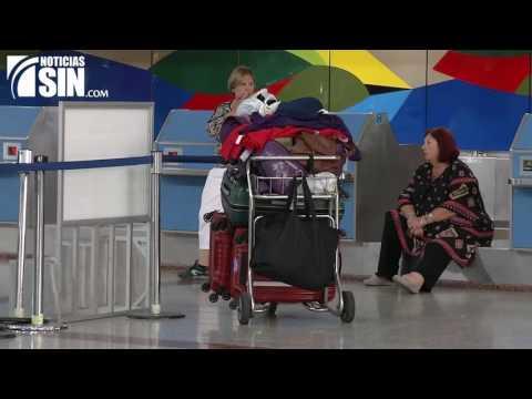 Decenas de pasajeros quedaron varados en el AILA por cancelaciones de vuelos por tormentas