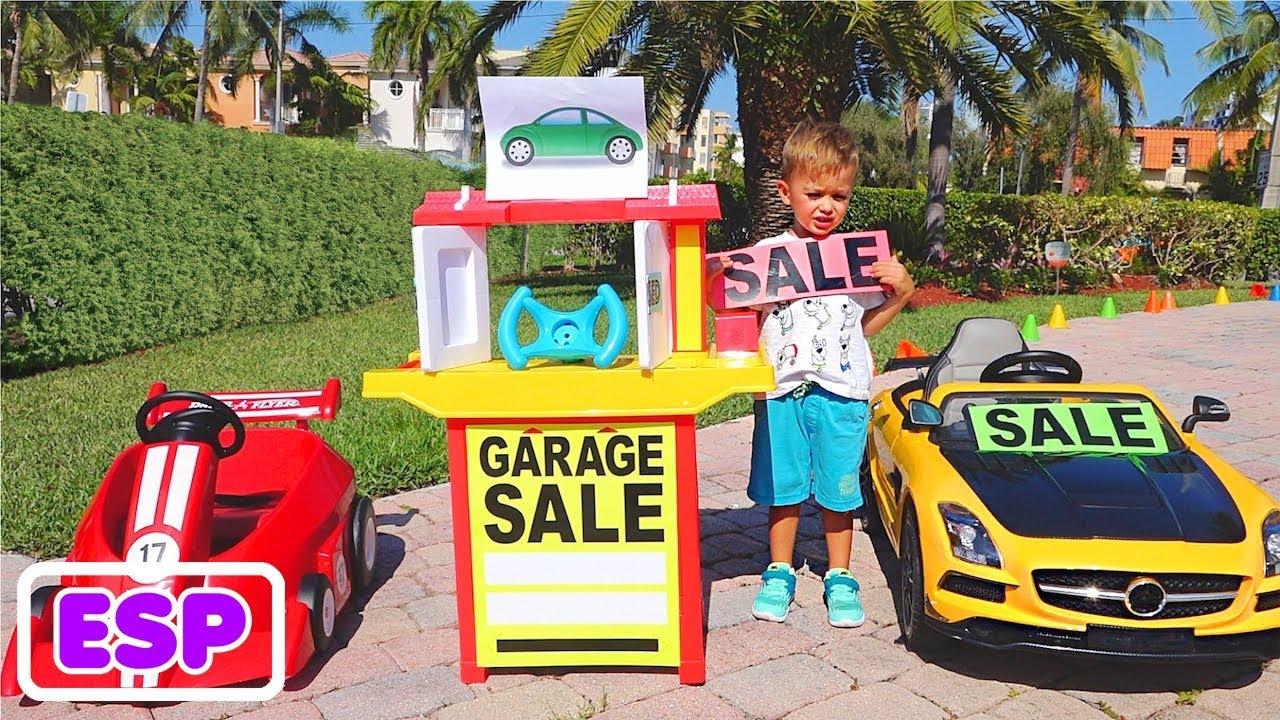 Vlad y Nikita juegan con los coches de juguete