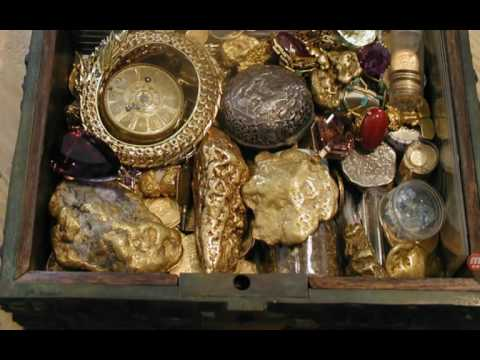Forrest Fenn treasure fraud. Zoomed in inspection, 2016 chest photo, wood liner, bronze surface.