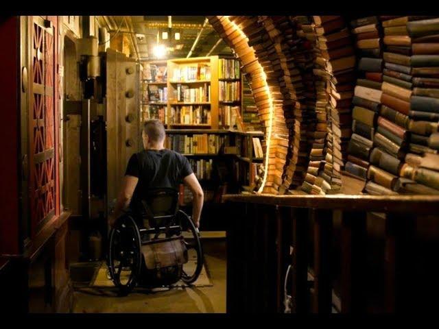 """他21歲車禍癱瘓後,在洛杉磯開了一家""""最後的書店"""""""