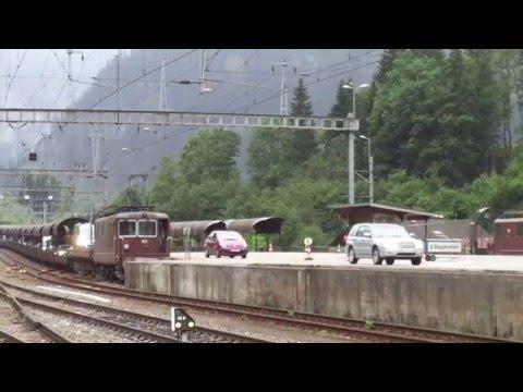 Autos bajando del tren