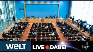 Bei dem briefing in der bundespressekonferenz erläutert regierungssprecher und ihre kolleginnen kollegen aus den ministerien die beschlüsse gesp...