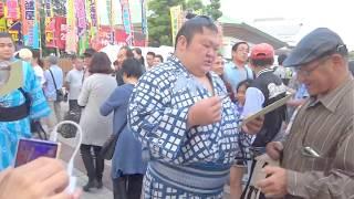 説明 大相撲5月場所千秋楽の両国国技館前で豪風関のファンサービスの様...