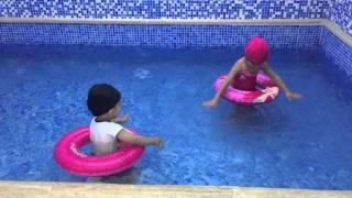 اطفال يلعبون في المسبح Youtube