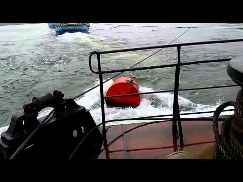 видео: чуть не утопили плавкран