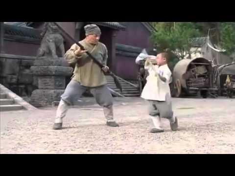 Menino monge Shaolin ensinando Jackie Chan seu estilo