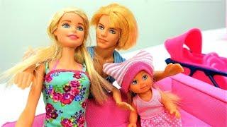 Poupées Barbie et Ken en français pour enfants. Evi prends le bain