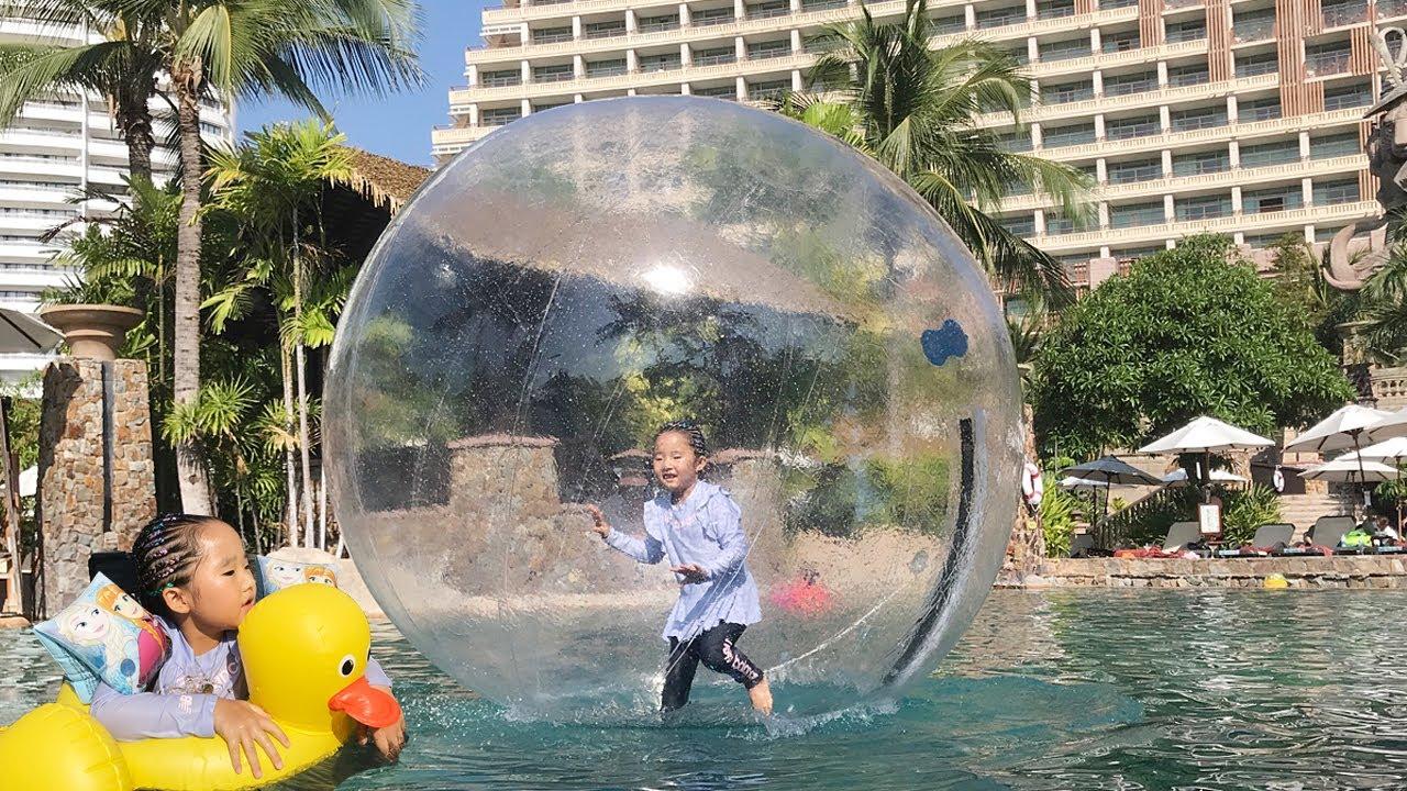 더운여름 수지랑 수영장에서 신나게 놀아요! 미끄럼틀 계속 타기 게임 튜브 워킹볼 뽀로로 짜장면 Summer special video funny swimming pool 리틀조이키즈