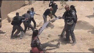 فلسطينيات يضربن ويخلع حجابهن من قبل جنود الاحتلال الإسرائيلي في القدس
