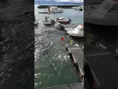 """<p style=""""text-align: justify;""""><!--StartFragment-->El viento sur que ha azotado Cantabria en el último día ha provocado daños en un pantalán de Puertochico, en Santander.<!--EndFragment--></p>"""