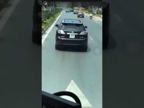 Tài xế xe Lexus không nhường đường cho xe chữa cháy